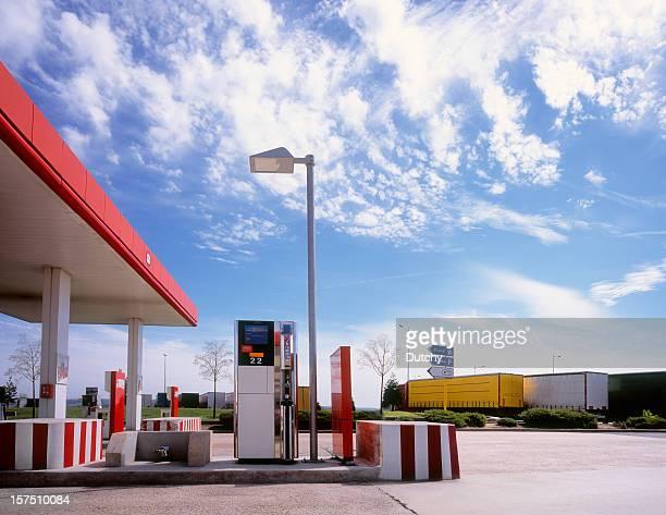 Relais routier grâce à la station d'essence.