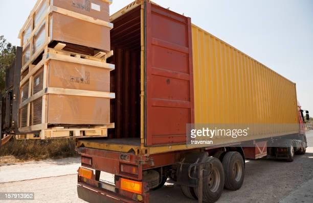 Camion prenant des récipients pour l'exportation.