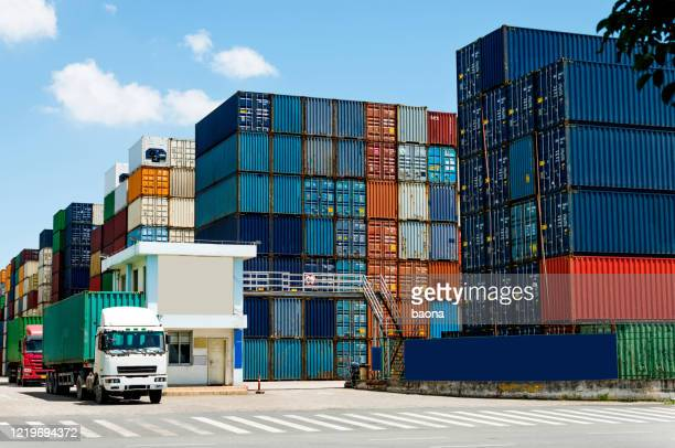 truck transport container leaving the harbor - station stock pictures, royalty-free photos & images