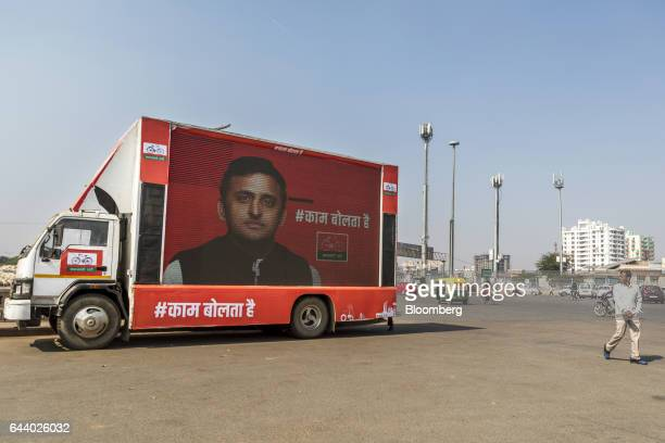 A truck with a screen displays an image of Akhilesh Yadav chief minister of the state of Uttar Pradesh and president of the Samajwadi Party in...