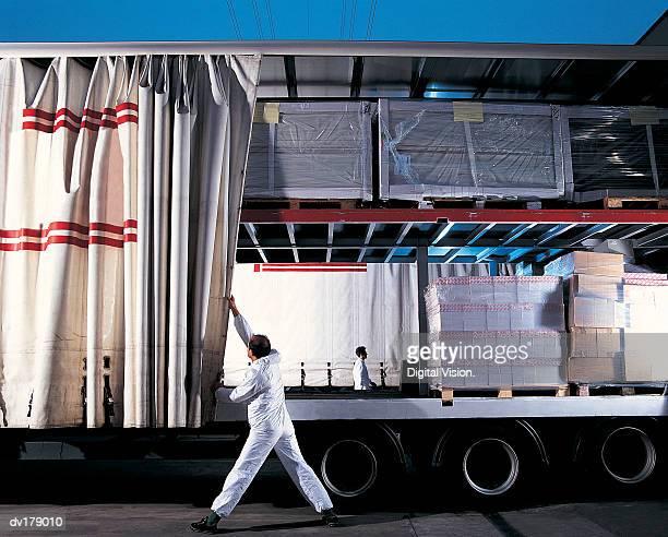 truck with goods on board - 積荷を降ろす ストックフォトと画像