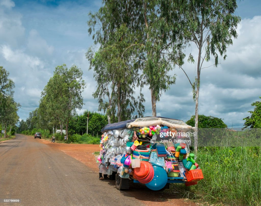 Truck with toys for sale on remote road : Foto stock