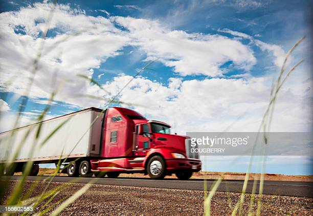 transporte de mercancía por carretera - camión articulado fotografías e imágenes de stock