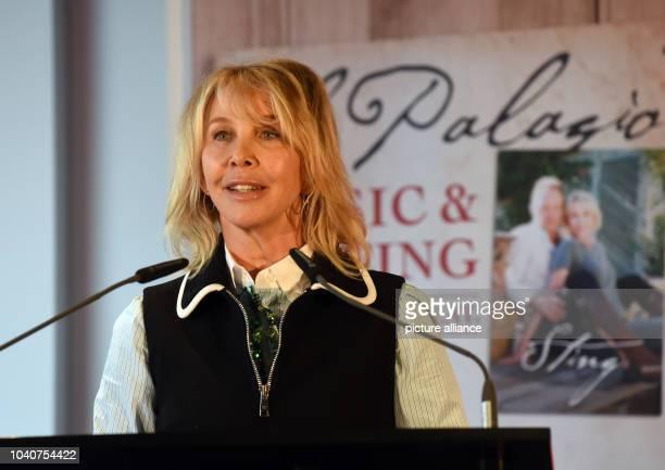 """Trudie Styler, Frau des britischen Rockstars Sting, steht am in Düsseldorf beim Besuch mit ihrem Mann der Messe """"ProWein"""" bei einer Pressekonferenz..."""