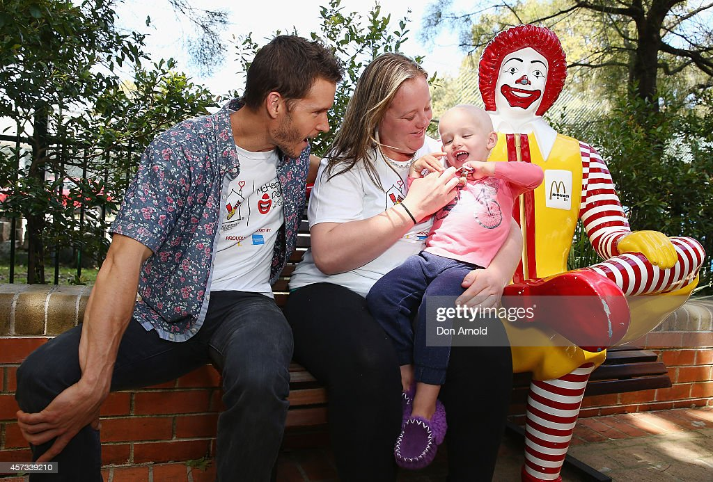 True Blood star, Ryan Kwanten chats with Coby Davies and her mother Shae Hately at Ronald McDonald House Randwick on October 17, 2014 in Sydney, Australia.