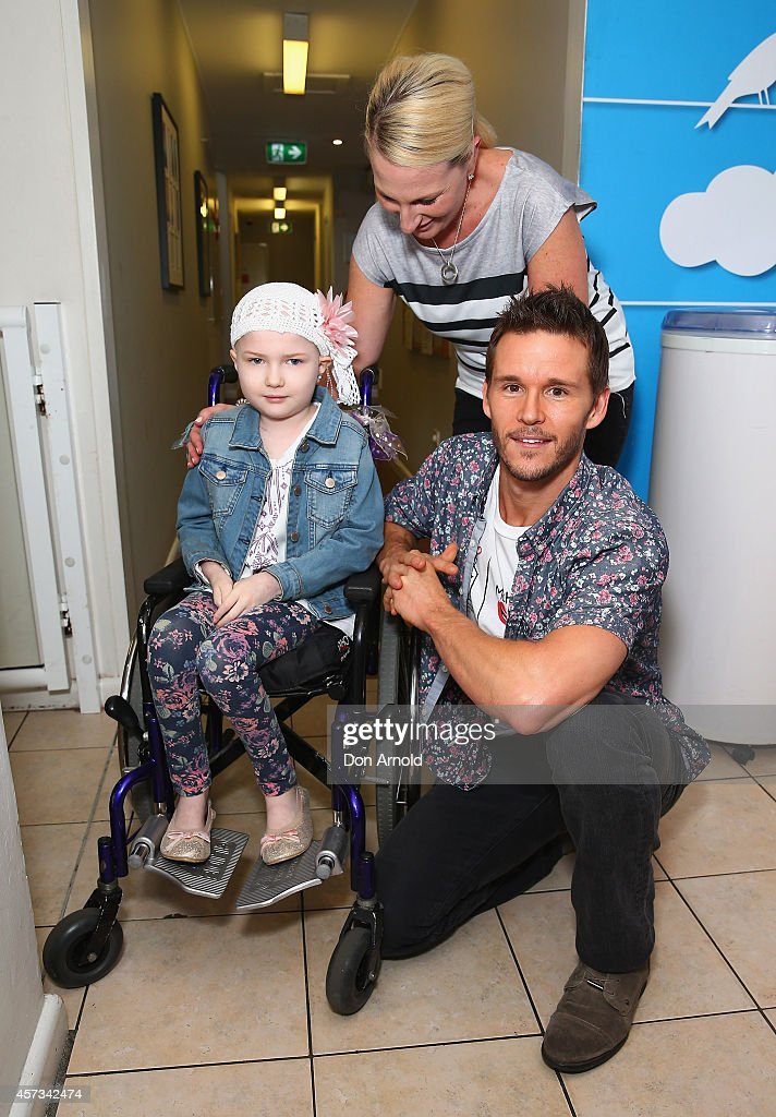 True Blood star, Ryan Kwanten chats with Lexi Witton and her mother Shannon Witton at Ronald McDonald House Randwick on October 17, 2014 in Sydney, Australia.