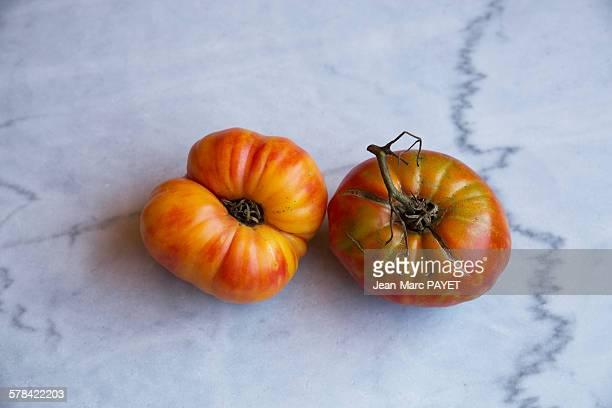 "true organic tomatoes ""beef heart"" on a marble tab - jean marc payet imagens e fotografias de stock"