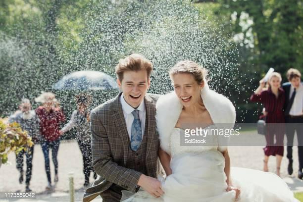 un vrai mariage blanc - pluie humour photos et images de collection