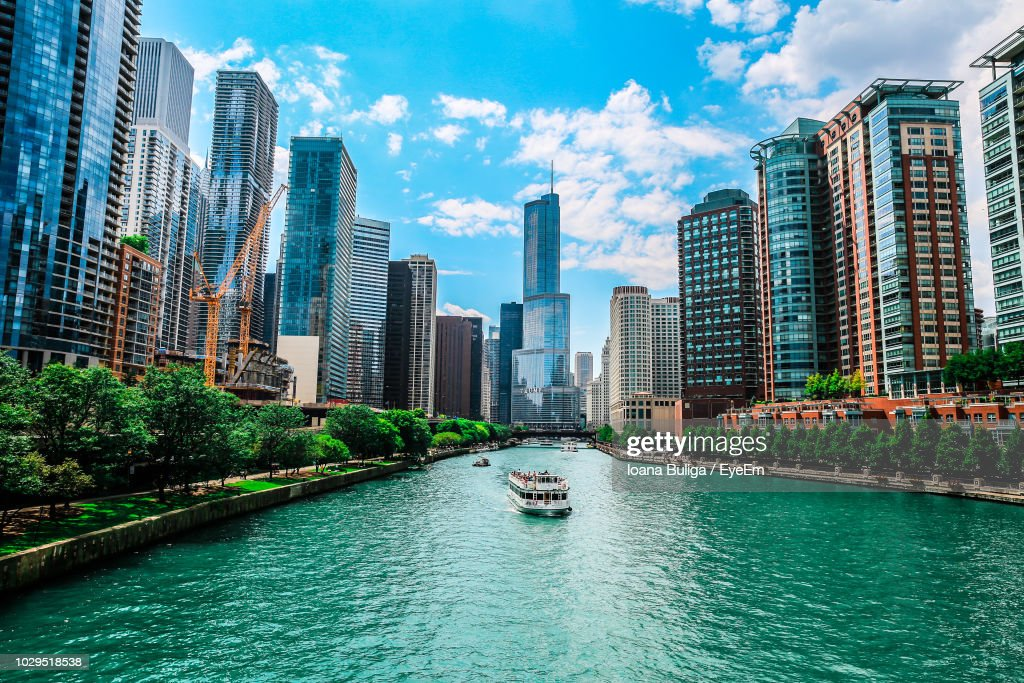 Trump International Hotel & Tower - Chicago By Chicago River Against Sky : Foto de stock