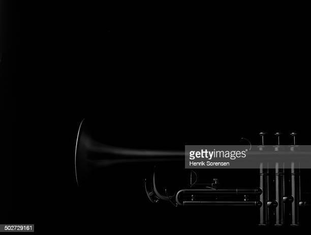 trumpet on black backdrop - low key - fotografias e filmes do acervo