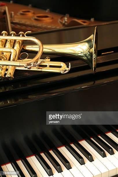 トランペットグランドピアノ - ブラスバンド ストックフォトと画像