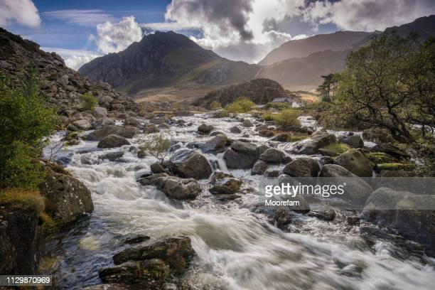 tryfan mountain and glyders in snowdonia with river foreground - north wales stock pictures, royalty-free photos & images