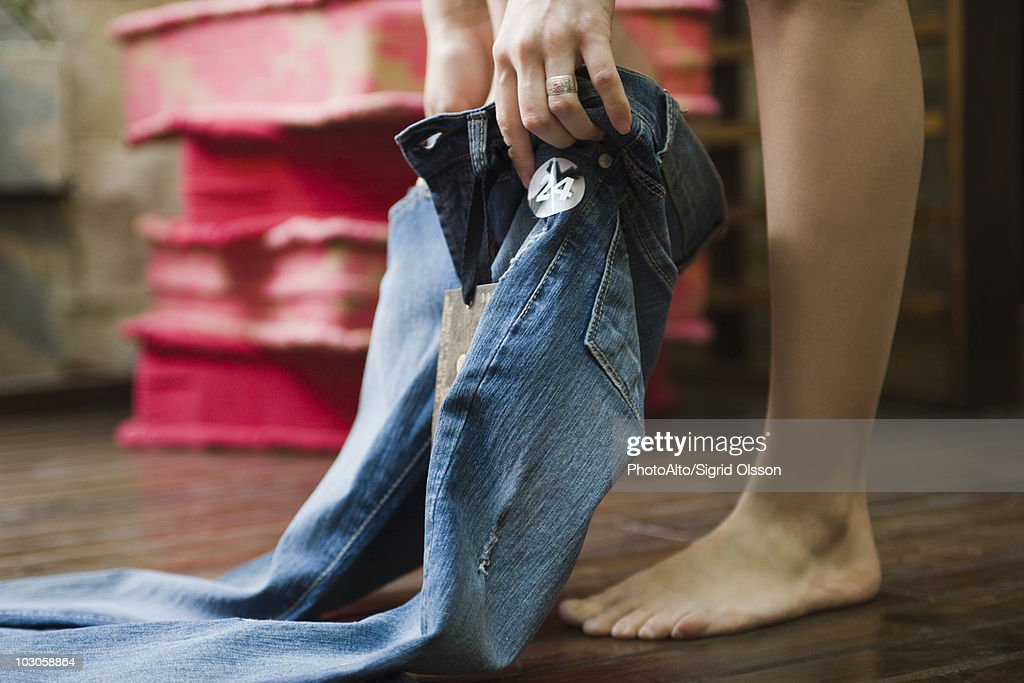 Trying on jeans in fitting room : ストックフォト