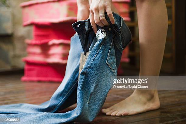 trying on jeans in fitting room - spijkerbroek stockfoto's en -beelden