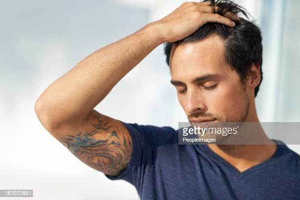 の中には、心の平穏 - 髪に手をやる ストックフォトと画像