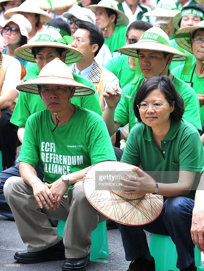 Tsai Ing-wen (R), chairwoman of Taiwan's major opposition Democratic Progressive Party, and former premier Frank Hsieh sit during a sit-in protest in Taipei on May 20, 2010. Hundreds of supporters of Taiwan's major pro-independence opposition rallied in the capital city as part of the party's efforts to stop the government from forging a trade pact with China.