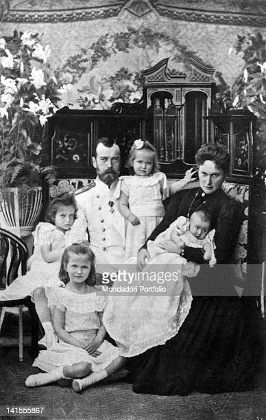 Tsar Nicholas II of Russia with his wife Alexandra of HesseDarmstadt and her daughters Ol'ga Tat'jana Marjia e Anastasia 1901