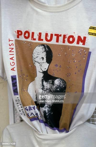 Tshirt dénonçant la pollution à Athènes en juillet 1991 Grèce