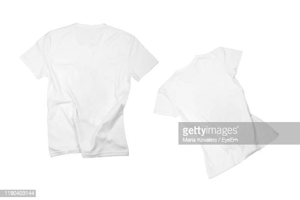 t-shirts against white background - maglietta foto e immagini stock