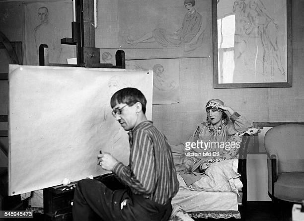 Tsuguhari Foujita painting the actor Blanche Dergan 1927