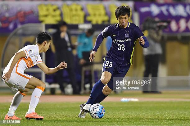 Tsukasa Shiotani of Sanfrecce Hiroshima runs with the ball during the AFC Champions League Group F match between Sanfrecce Hiroshima and Shandong...