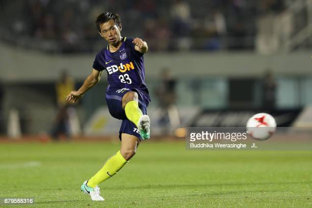 Tsukasa Shiotani of Sanfrecce Hiroshima takes a free kick during the JLeague J1 match between Sanfrecce Hiroshima and Vissel Kobe at Edion Stadium...