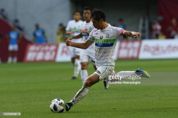 Tsukasa Umesaki of Shonan Bellmare shoots at goal during the JLeague J1 match between Vissel Kobe and Shonan Bellmare at Noevir Stadium Kobe on July...