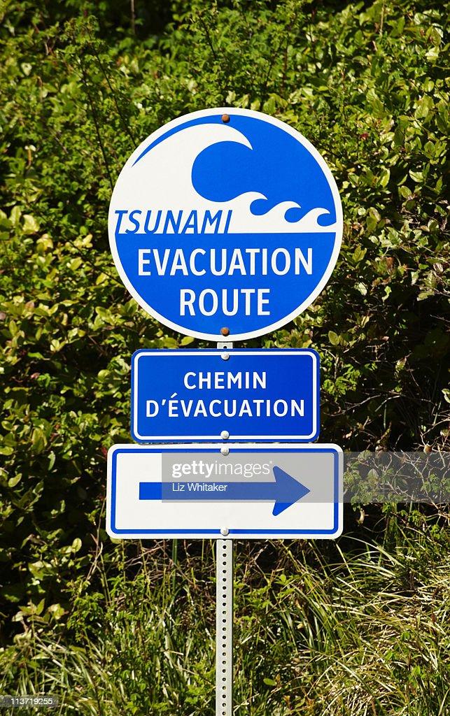 tsunami evacuation route sign foto de stock