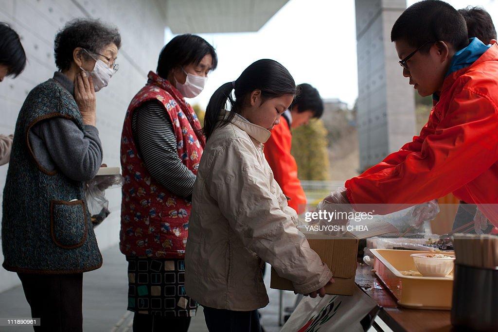 Tsunami survivers queue for food handout : News Photo