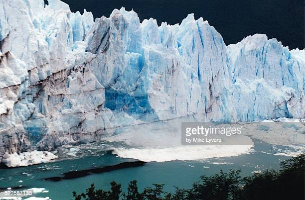 Tsunami wave caused by calving Moreno glacier