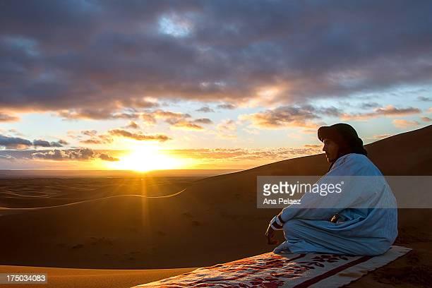 tuareg and sunrise over the desert - tuaregue imagens e fotografias de stock