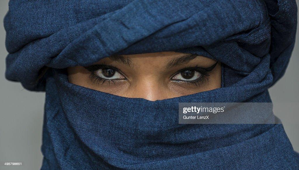 Tuareg girl, Targia, veiled with Chech fabrics, eyes, Algeria : Stock Photo