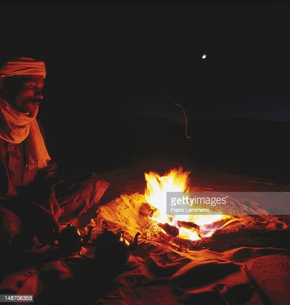 tuareg man at campfire in sahel region near agadez. - touareg photos et images de collection