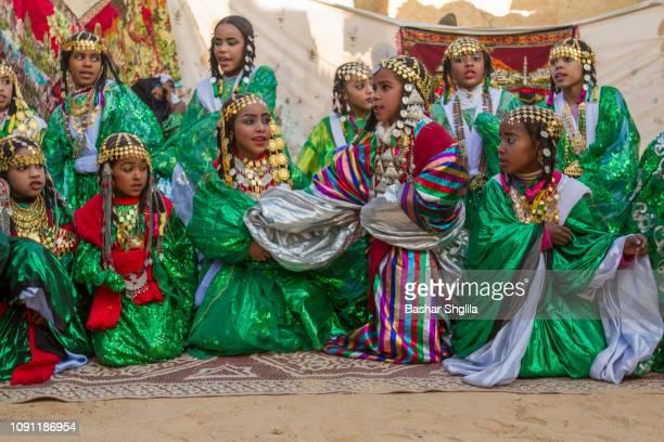 tuareg tradition dance - femme touareg photos et images de collection