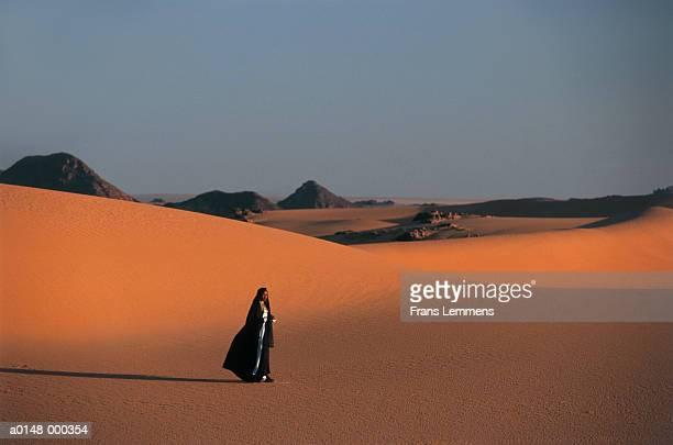tuareg woman in desert - femme touareg photos et images de collection