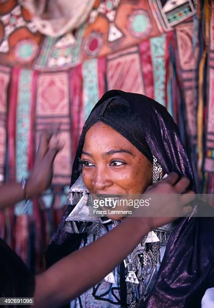 tuareg woman in traditional dress during tafsit near tamanrasset - femme touareg photos et images de collection