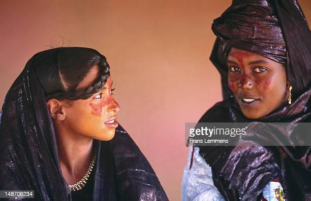 tuareg women dressed for marriage, near agadez. - touareg photos et images de collection