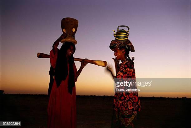 tuareg women - femme touareg photos et images de collection