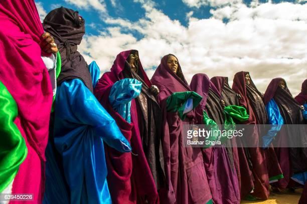 tuareg women singing - femme touareg photos et images de collection