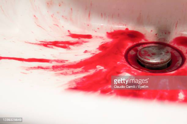 a tub full of blood suggests a tragic event, probably a suicide. - 殺す ストックフォトと画像