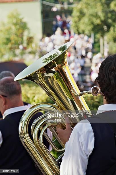 Tuba mit Reflexionen während der Wind Band street performance