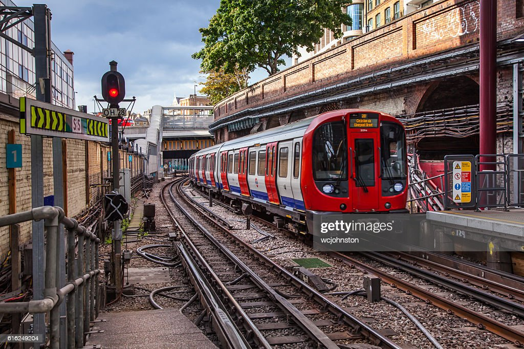 Tube Train Arrives at Farringdon Station : Foto de stock