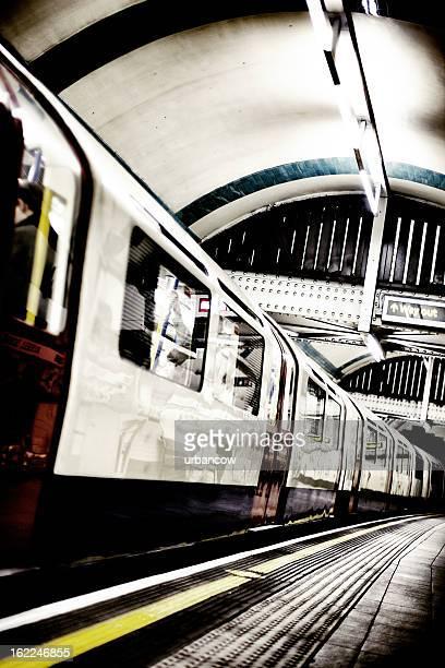 tubo treno - metropolitana di londra foto e immagini stock