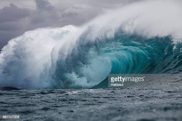 tube wave, hawaii - power in nature stock pictures, royalty-free photos & images