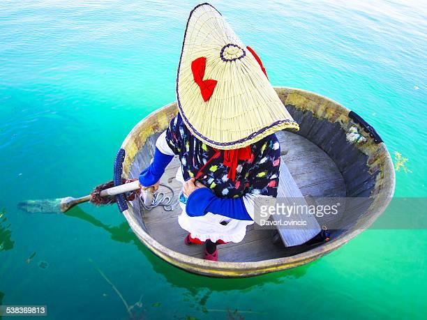 タブ型のボートの女性