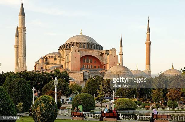 Tuerkei Istanbul Stadtteil Eminoenue Viertel Sultanahmet tuerkische Frauen mit Kopftuechern auf Parkbaenken vor der Hagia Sophia