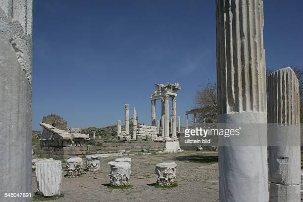 Akropolis von Pergamon restaurierte Saeulen des TrajanTempel
