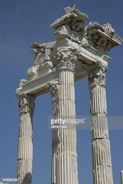Tuerkei, Pergamon: Akropolis von Pergamon - restaurierte Saeulen des Trajan-Tempel.