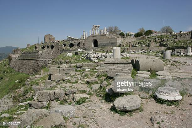 Akropolis von Pergamon restaurierte Saeulen von dem TrajanTempel