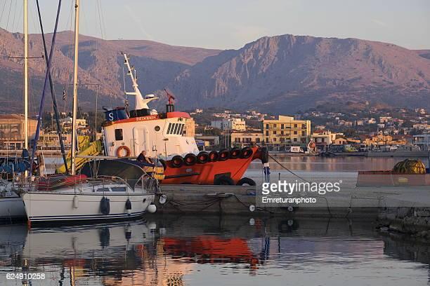 tug boat at port of chios at dawn - emreturanphoto - fotografias e filmes do acervo